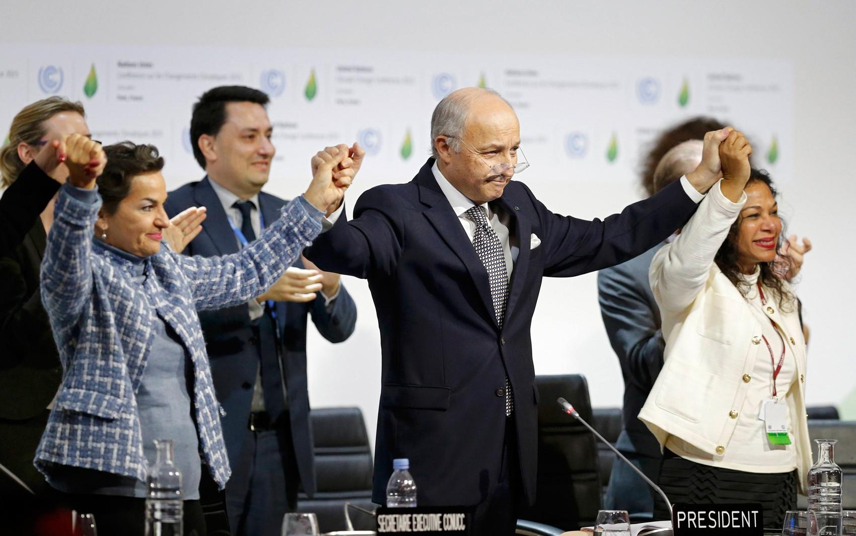 Laurent Fabius (centro), presidente da COP 21, comemora a aprovação do acordo do clima neste sábado