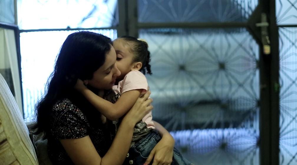 Karine foi baleada quando estava grávida de 7 meses; sua filha Maria Teresa demorou a falar (Foto: Marcos Serra Lima)