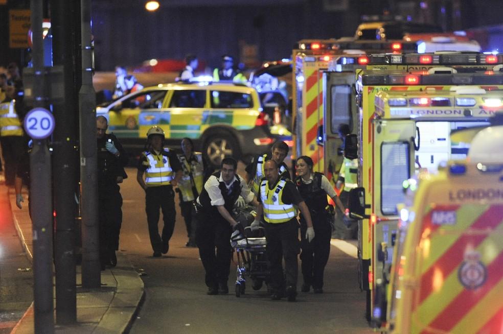 Vítima de ataque em Londres é socorrida (Foto: Daniel Sorabji/AFP)