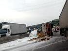 Caminhão com polietileno tomba e carga espalha na Dutra, no Sul do Rio