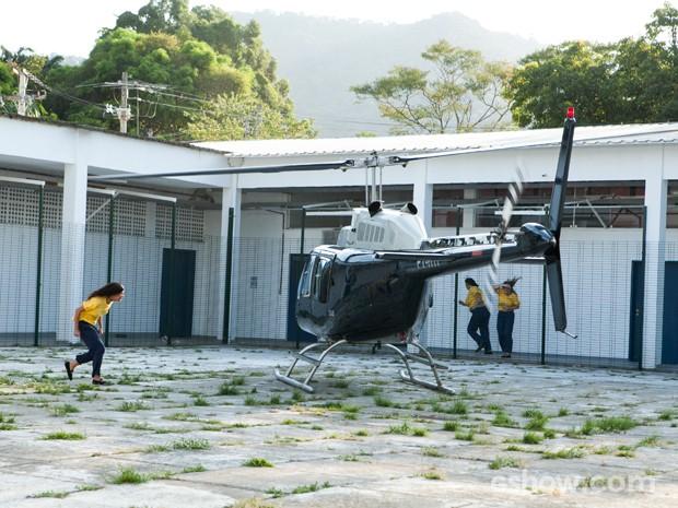 Um helicóptero pousa no meio do pátio e Tereza corre (Foto: Inácio Moraes/TV Globo)
