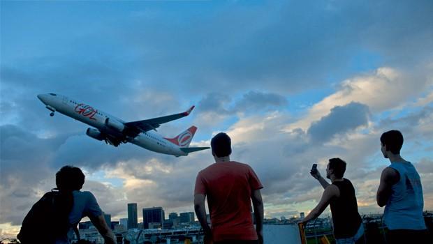 Brasil;Aviação;Recessão; Difícil Decolagem Entre as companhias de aviação, é a Gol que se encontra em situação mais crítica. Ela soma prejuízos de R$ 3,5 bilhões e espera por novos aportes de estrangeiros para se safar da crise (Foto: Bloomberg)