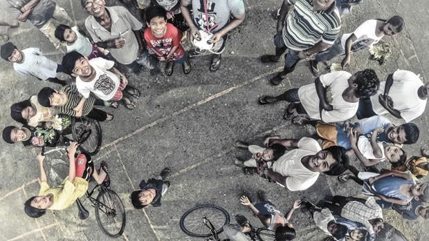 Imagem segunda colocada no concurso de melhor foto tirada por drone, promovida pelo site 'Dronestagram', mostra crianças em Manila, nas Filipinas. (Foto: Divulgação/Dronestagram)