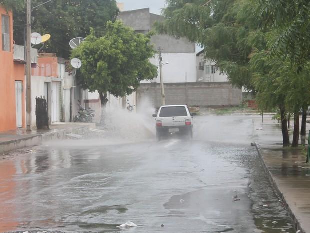 Ruas alagadas prejudicam trânsito em Petrolina. (Foto: Amanda Franco/G1)