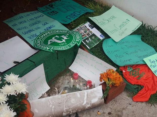 Torcedores da Chapecoense deixaram mensagens e homenagens ao time (Foto: Luis Lopes/Divulgação)