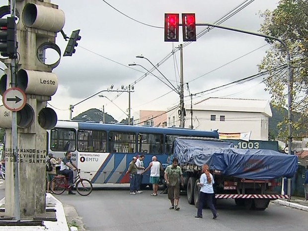 Trânsito apresentou congestionamento após acidente no litoral de SP (Foto: Reprodução/TV Tribuna)
