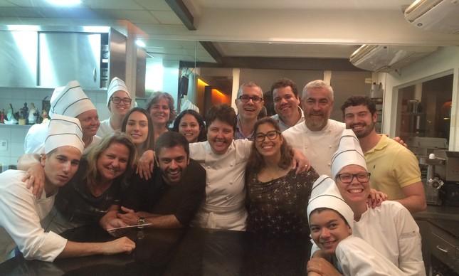 Os chefs comemoraram na cozinha com o público