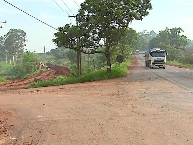 Desvio de 30 km ou estrada de terra são as opções dos moradores (Foto: Ely Venâncio/EPTV)
