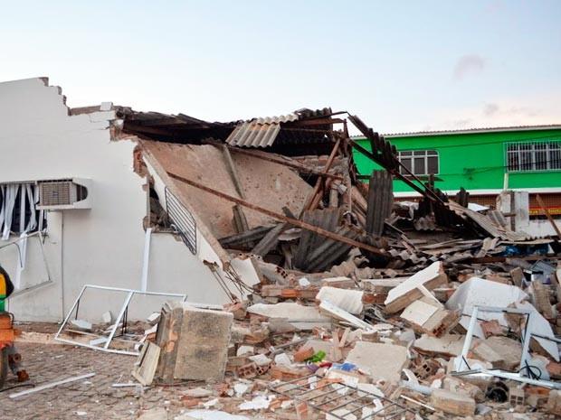 Muro desabou com explosão da agência (Foto: Evirandi Gama/Blog Liberdade Bom Sucesso)
