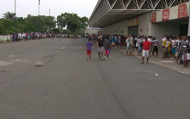 fila para comprar ingresso para bahia x corinthians (Foto: Imagens/TV Bahia)