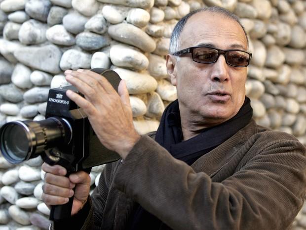 Foto de arquivo tirada em dezembro de 2007 mostra o diretor iraniano Abbas Kiarostami durante um curso com os alunos da escola de arte Villa Arson em Nice, na França. Kiarostami morreu nesta segunda (4) em Paris aos 76 anos  (Foto: Eric Estrade/AFP/Arquivo)