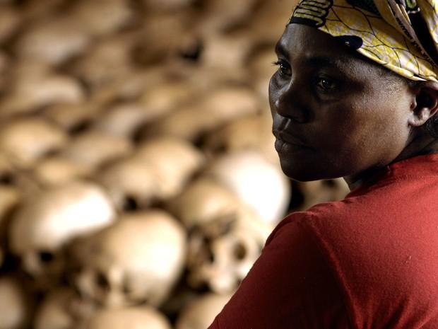 27 de Fevereiro de 2004 - Danielle Nyirabazungu, guia do memorial do genocídio, na igreja de Ntamara, cidade de Nyamata. Na província onde fica a cidade, dos 59 mil tutsis, 50 mil foram mortos no genocídio (Foto: Gianluigi Guercia/AFP)