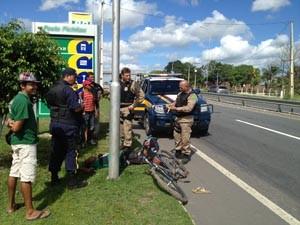 Ciclista aparentemente embriagado colidiu com poste na BR 101, em João Pessoa, afirma PRF (Foto: Walter Paparazzo/G1)