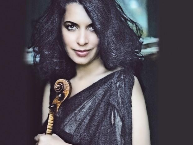 Priya Mitchell toca violino (Foto: Divulgação)