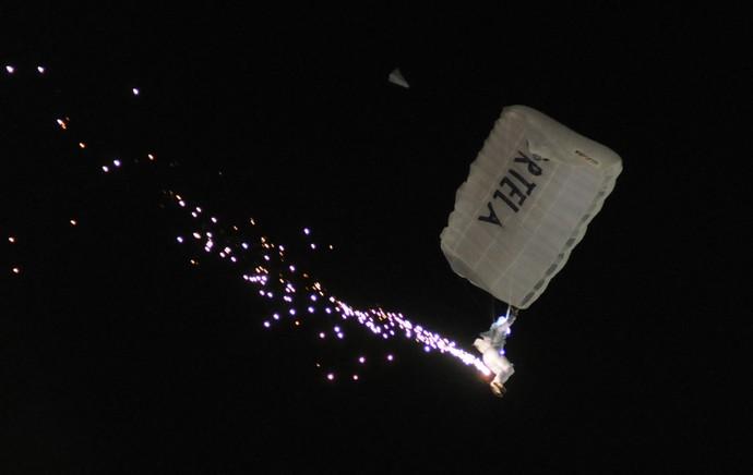 Paraquedista Portela, Sapucaí, carnaval (Foto: André Durão / Globoesporte.com)