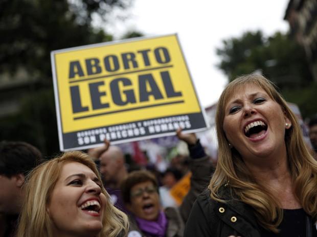 Manifestantes comemoram a retirada da reforma da lei do aborto em Madri, no sábado (28). Lei tornaria Espanha um dos países mais difíceis da Europa na interrupção da gravidez indesejada.  (Foto: Susana Vera/Reuters)
