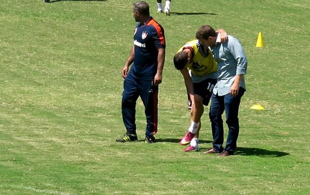 Thiago Neves deixa treino do Fluminense amparado (Foto: Rafael Cavalieri)
