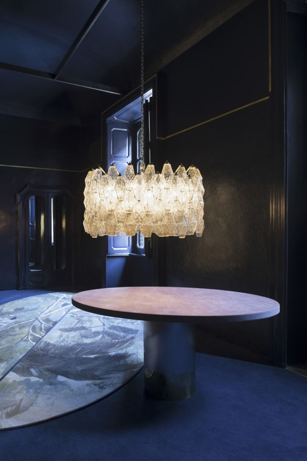 Decoração dark destaca design sofisticado no apartamento (Foto: Paola Pansini/Divulgação)
