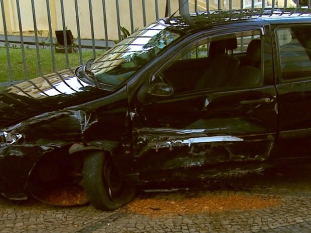 Carro teve a lateral totalmente destruída após acidente (Foto: Reprodução/ EPTV)