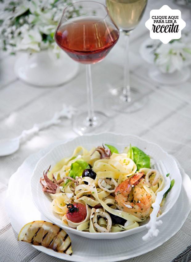 Tagliatelle com frutos do mar, feta e limão-siciliano, de Juliano Cordeiro, chef do Zest Cozinha Criativa. Louças Tania Bulhões (Foto: Cacá Bratke / Editora Globo)
