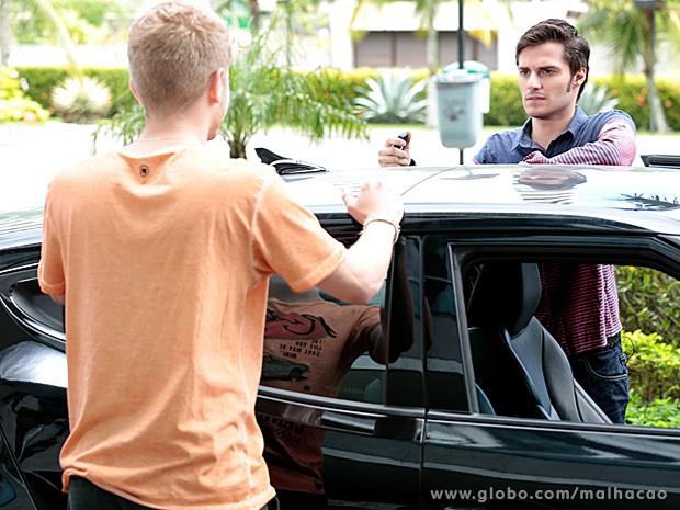 Amigo de Martin o aborda e conta sobre plano de vingança contra ele (Foto: Malhação/ TV Globo)