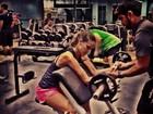 Milena Toscano mostra os músculos durante treino