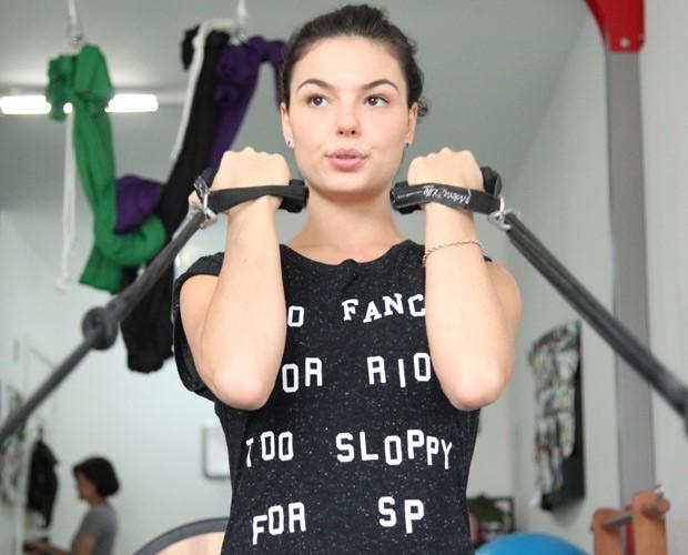 Isis Valverde capricha também nos exercícios que trabalham braço (Foto: Carol Caminha / Gshow)