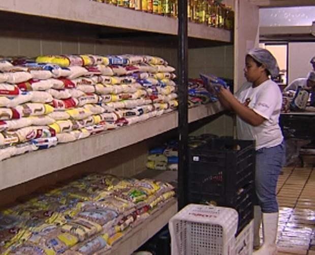 Campanha Bem Legal da TV TEM ajudou o Fundo Social com 15 toneladas de alimentos (Foto: Reprodução/ Tv Tem)