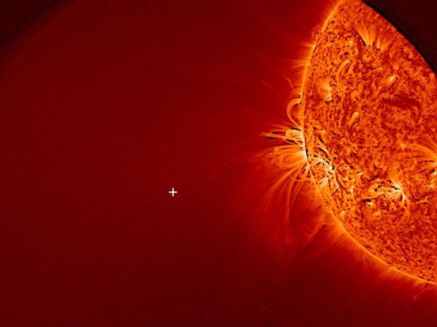 Imagem da Nasa mostra o Sol e o ponto em cruz (+) onde o Ison deveria aparecer (Foto: AP/Nasa)