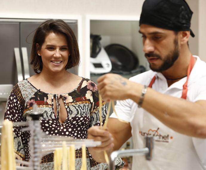 A atriz olha maravilhada o preparo da massa no reality (Foto: Raphael Dias/Gshow)