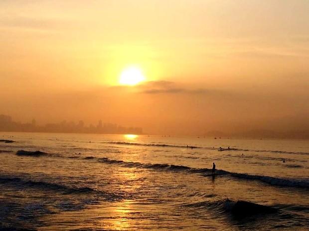 Surfistas começaram o dia no mar (Foto: Solange Freitas / TV Tribuna)