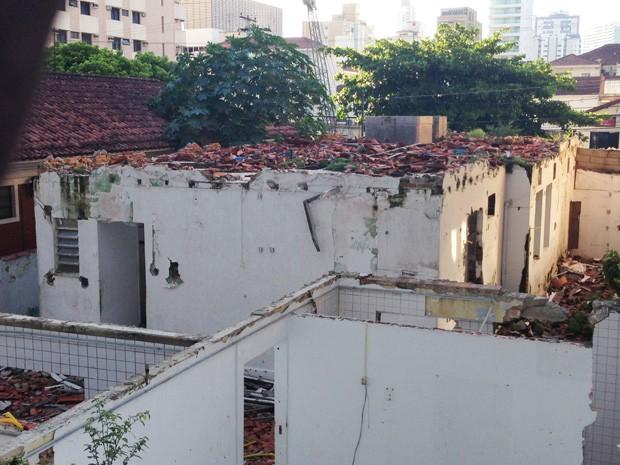 Casa está abandonada e preocupa moradores em Santos (Foto: Mariane Rossi/G1)