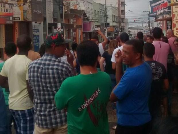 Confusão atraiu muitos curiosos no centro de Marília  (Foto: Eduardo Meira/ 4Notícias)