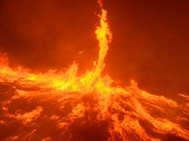 Grandes tornados de fogo são vistos em incêndio no condado de Ventura, na Califórnia, no sábado (26) (Foto: Reuters/Gene Blevins )
