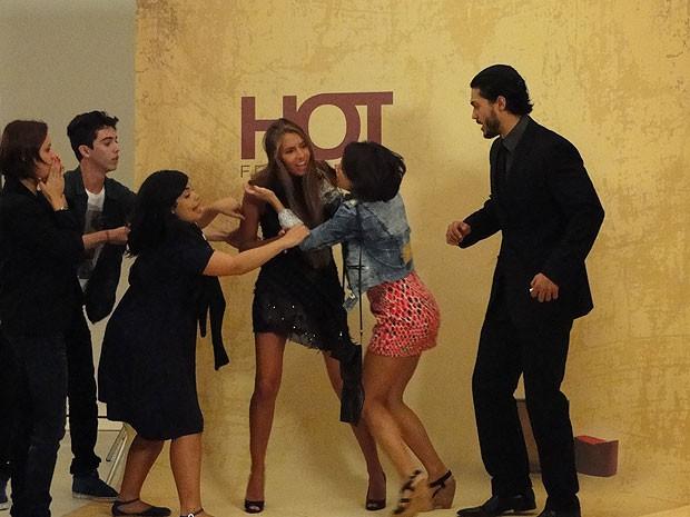 Valéria parte para cima de modelo: 'Vou corta sua língua fora' (Foto: Amor Eterno Amor/TV Globo)