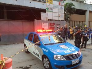 Policiais e curiosos no entorno do local onde ocorreu acidente na Tijuca (Foto: Káthia Mello/G1)