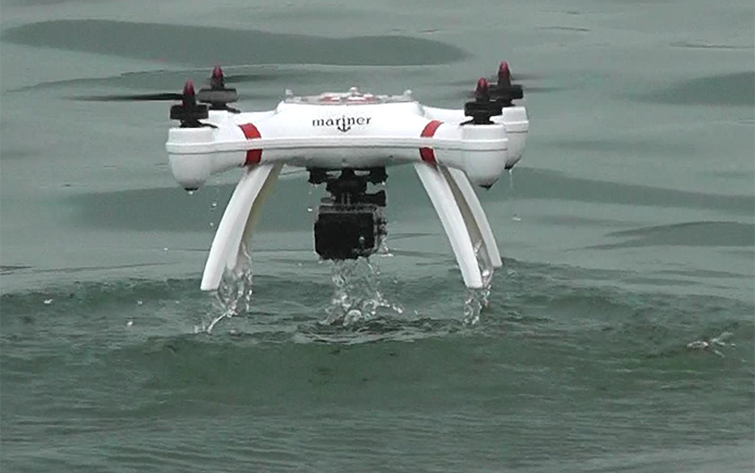 Mariner expõe a GoPro à água para gravar imagens abaixo da superfície (Foto: Divulgação/Splash Drones)
