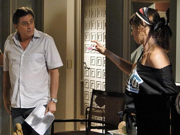 """Com o exame nas mãos, Mário dispara: """"Só pode ser da Lia!"""" (Foto: Malhação  / TV Globo)"""