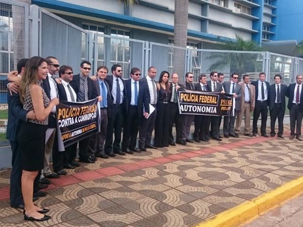 Cerca de 20 delegados da PF 'abraçaram' em protesto por mais autonomia e em apoio à operação Lava Jato (Foto: Rodrigo Grando/TV Morena)