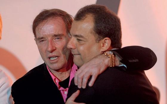 Eike abraça Sérgio Cabral num evento na Marina da Glória, no Rio. As invstigações mostram somas vultosas por trás dos afagos (Foto:  Danilo Verpa/Folhapress)