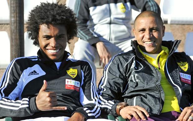 Willian e Roberto Carlos Anzhi (Foto: Reprodução / Site Oficial)
