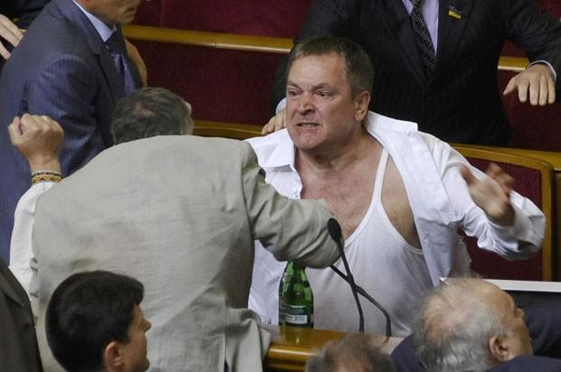 Parlamentares se agridem em meio ao Parlamento, em Kiev (Foto: Maks Levin/AP)