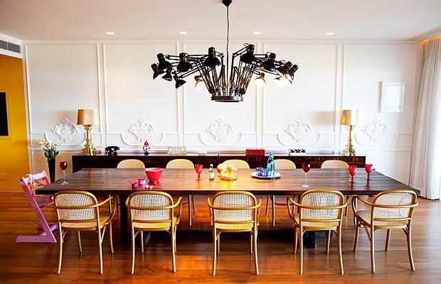 Na ampla sala de jantar, sob o lustre Dear Ingo, de Ron Gilad para a Moooi, mesa para 12 pessoas, desenho de Marcelo Rosenbaum e execução de Lauro Murakami. Cadeiras Thonet, da Isto é Brasil. O aparador é composto de duas peças iguais, da Teo. Entalhadas em madeira, boiseries nas paredes realizadas pela Russalem Entalhador (Foto: The Selby)