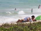 Fernanda de Freitas beija muito o namorado durante tarde na praia