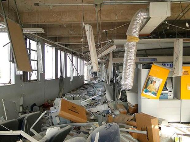 Agência ficou destruída com a explosão ocorrida na madrugada desta terça em Apodi, RN (Foto: Marcos Gil)