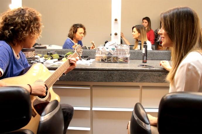 Maria Gadú e Sandy combinam o musical antes da gravação do 'Altas Horas' (Foto: Reprodução)