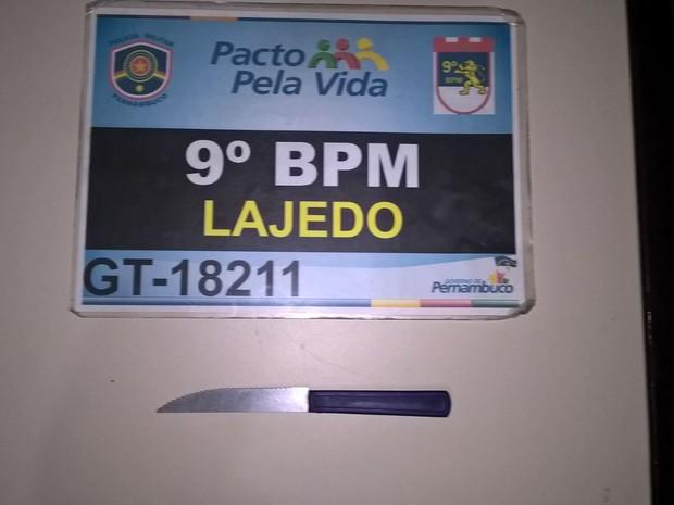 Faca foi utilizada como instrumento de ameaça às vítimas (Foto: Divulgação/ Policia Civil)