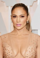 Sempre ela! Jennifer Lopez ousa no decote no Oscar 2015