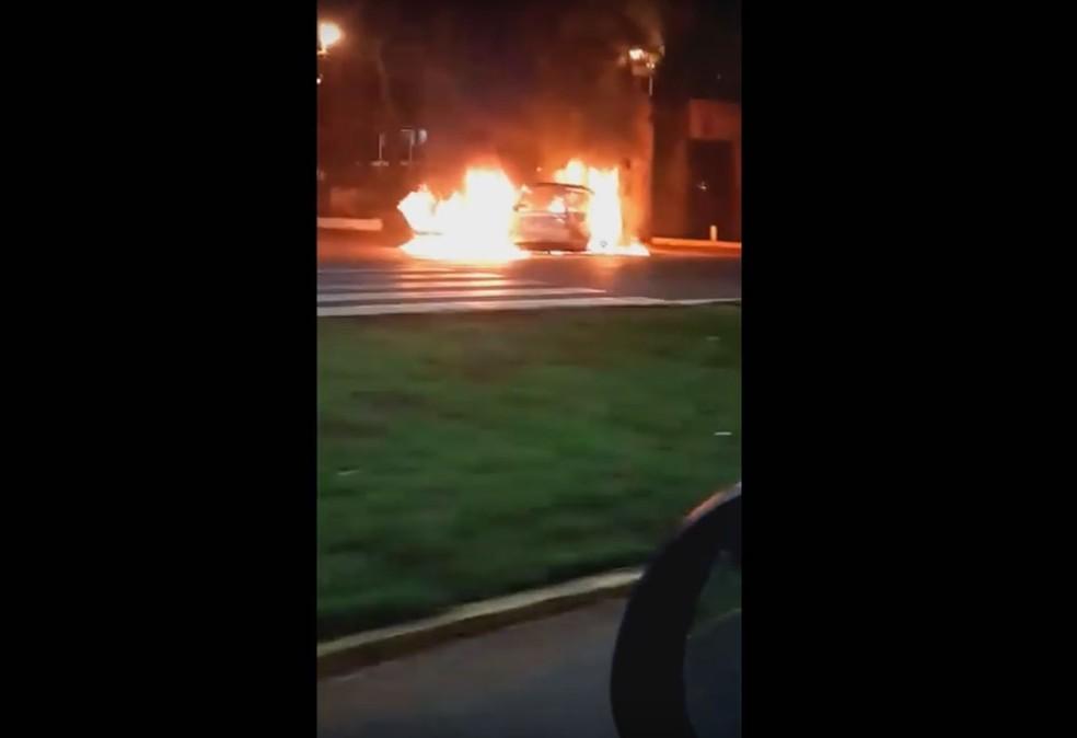 Vídeo mostra carro incendiado em Ciudad del Este na madrugada desta segunda-feira (24) (Foto: Reprodução/ YouTube/ ABC Digital)