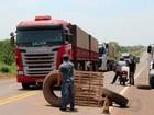 Caminhoneiros bloqueiam três trechos de rodovias em Mato Grosso